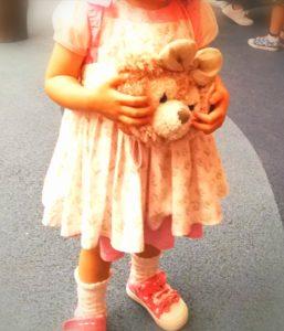 マールマールのエプロンを着た娘