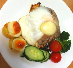 「ノースコンチネント」のハンバーグステーキの上にカチョバロチッコロ